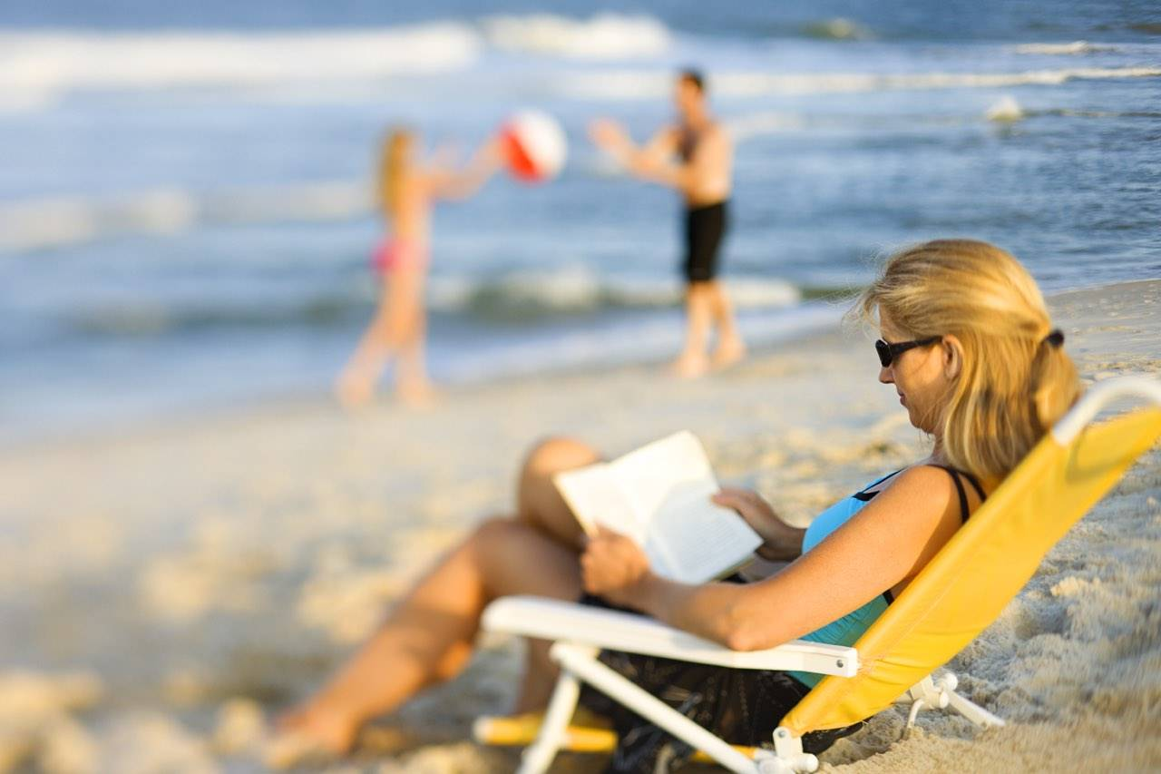 beach-woman-reading-blurred