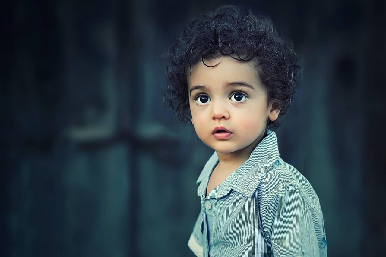 bg-boy-2yrs-amazed-beautiful-curls