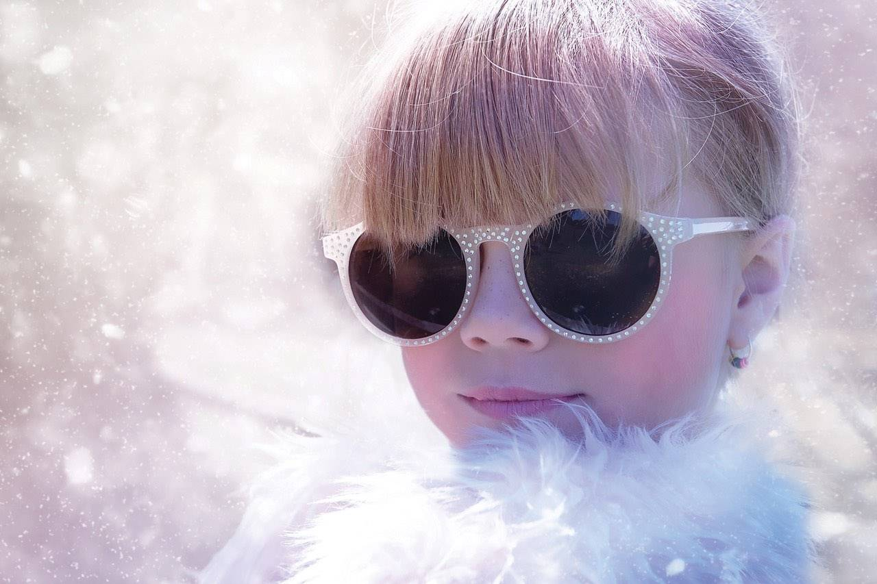 winter-bgs-girl-glamourous-sunglasses